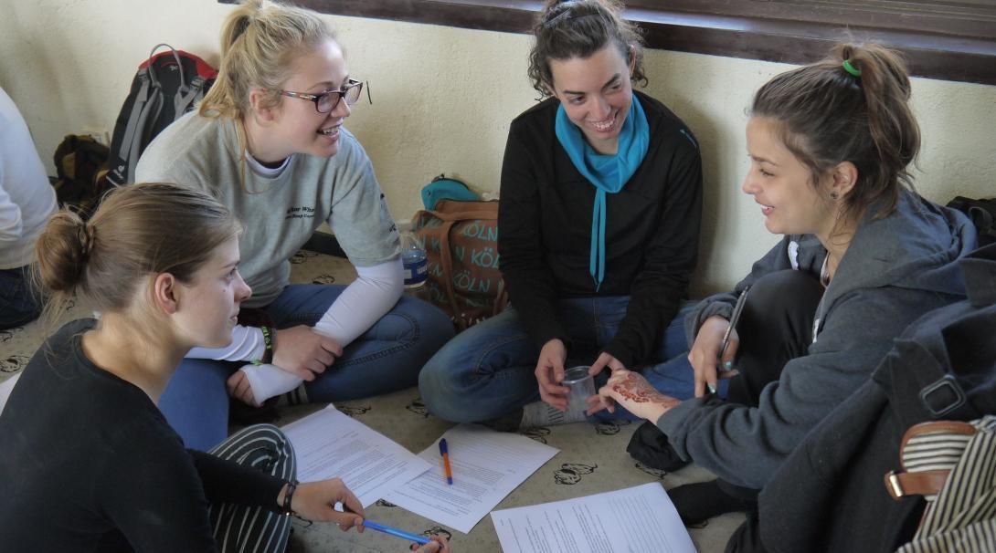 Voluntarias en su programa para ayudar a personas con VIH preparando una actividad educativa.